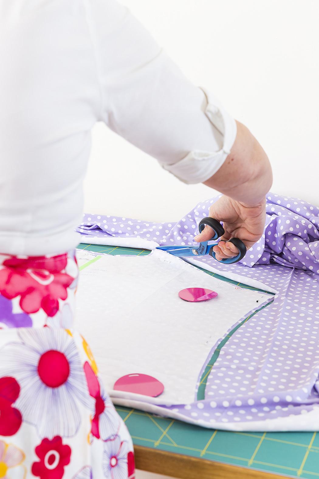 Sarta a lavoro durante il taglio della stoffa