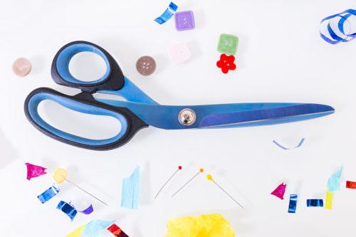 Forbice da sarta blu e bottoni colorati