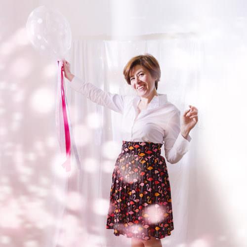 Ritratto creativo donna con palloncino ed effetti di luce