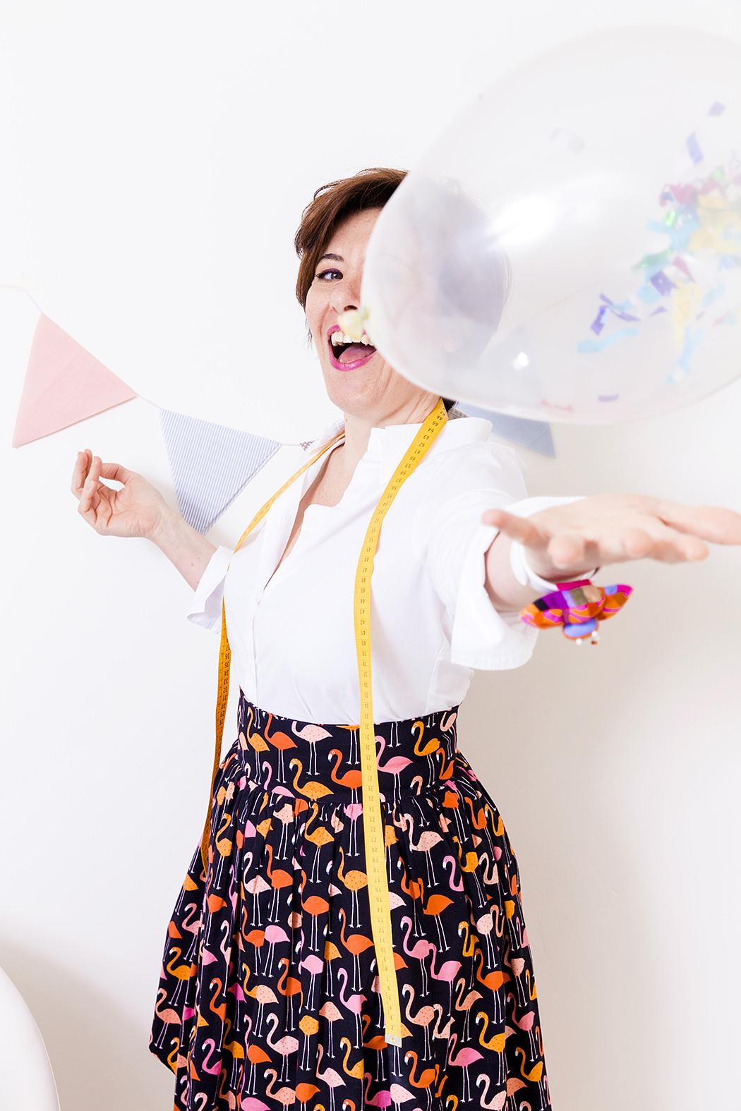 Ritratto donna allegra con palloncino