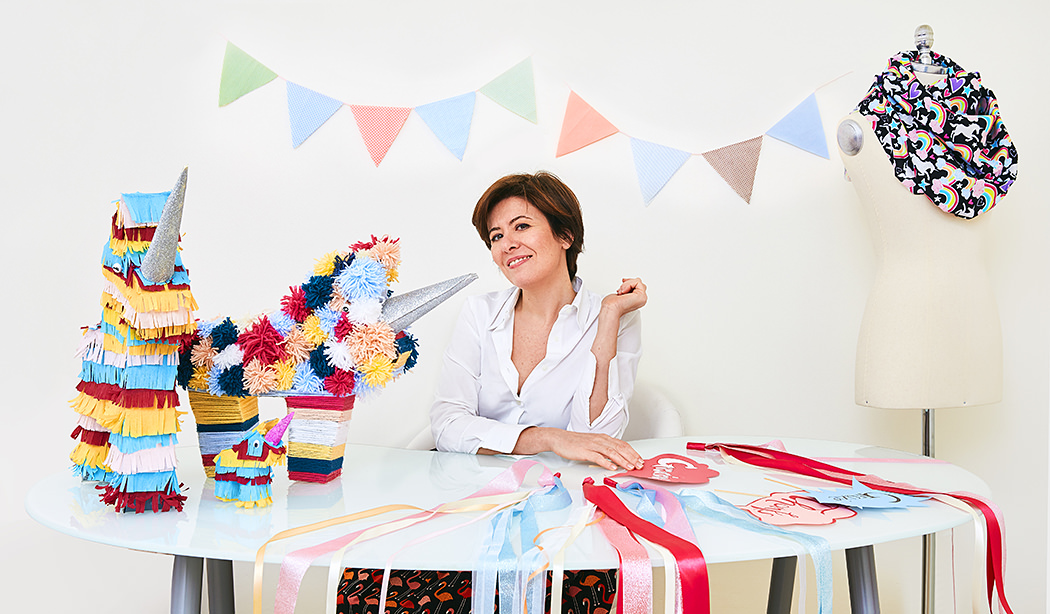 Ritratto di donna in carriera con nastri colorati, manichino e unicorni fatti a mano