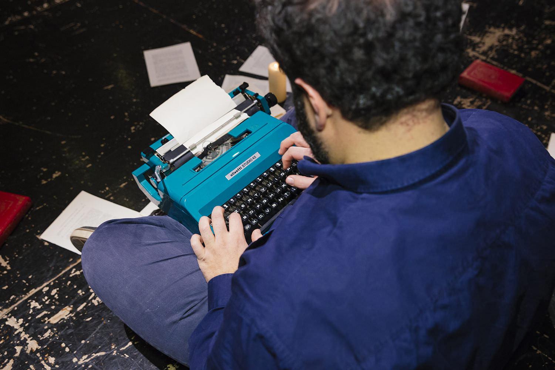 Gaetano Colella, ritratto scrittore con macchina da scrivere