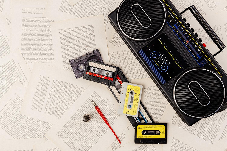stil life radio vintage, audiocassette, penna stilografica